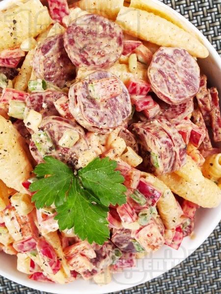 Италианска салата с паста, майонеза, чушки и колбас (шунка, бекон) - снимка на рецептата